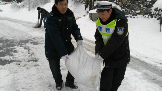 华通融雪剂救援使用现场